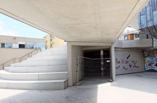 Unbekannte Täter haben Graffiti unter der neuen Treppe angebracht