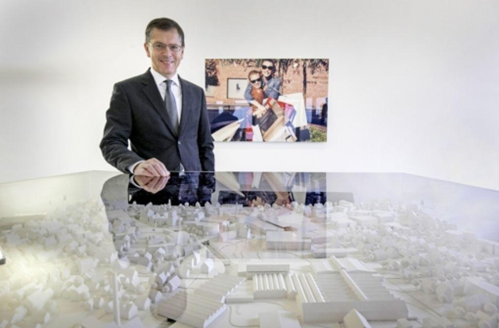 Wolfgang Bauer, der Chef der Holy AG, überblickt ein Modell seines Outlet-Städtchens Metzingen. Foto: Michael Steinert