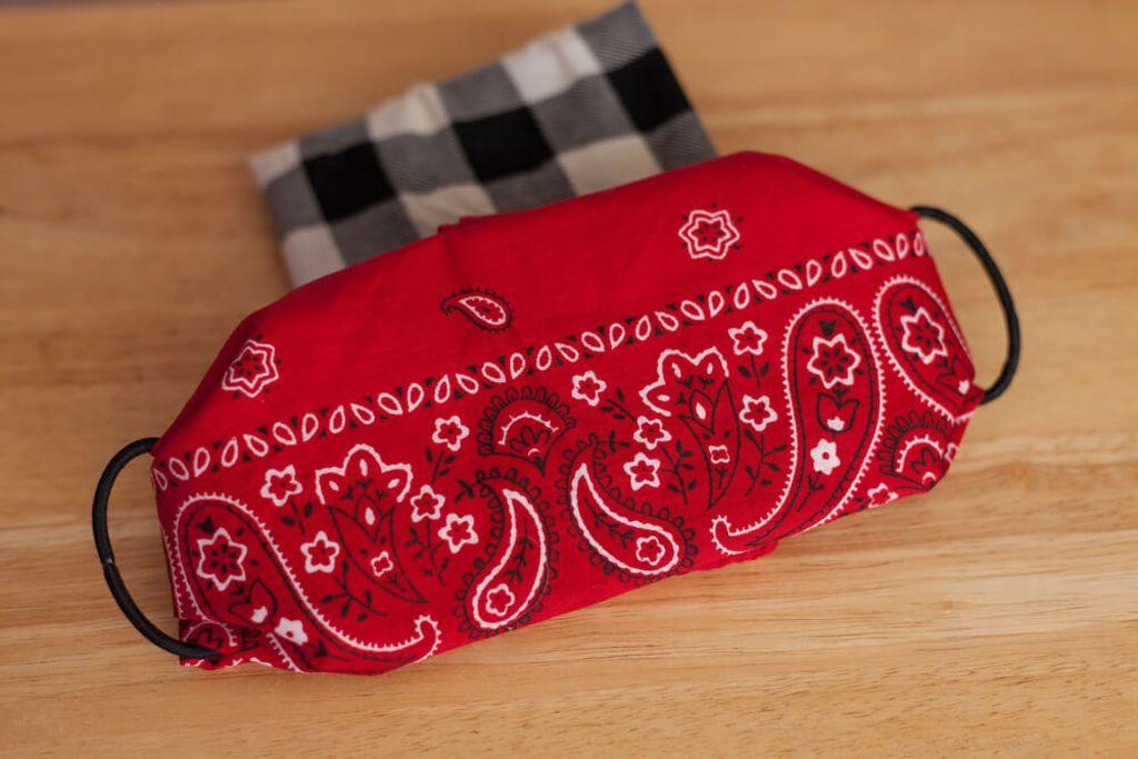 Mundschutz aus einem Halstuch. Foto: Amanda Feltz / shutterstock.com