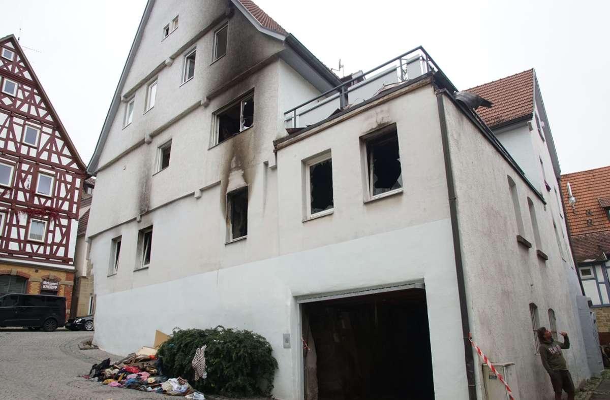 Die Flammen sind gelöscht, doch die Fassade des Hauses ist von der Brandnacht gezeichnet. Foto: SDMG//Dettenmeyer
