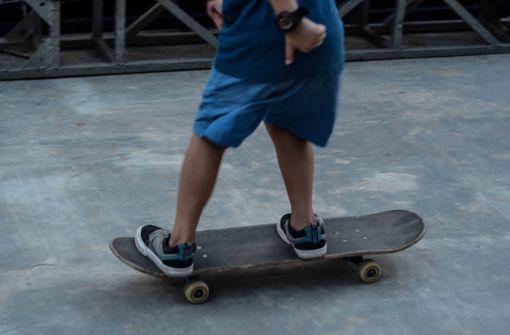 Unbekannter schlägt und bedroht Skateboarder