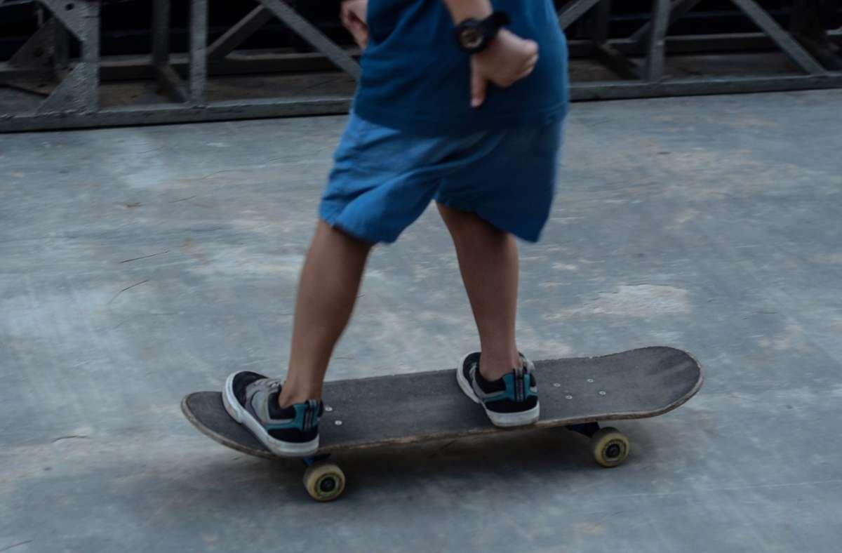 Ein Unbekannter griff in Sillenbuch einen Skateboarder an. (Symbolbild) Foto: imago images/ZUMA Press/Saddam Husein