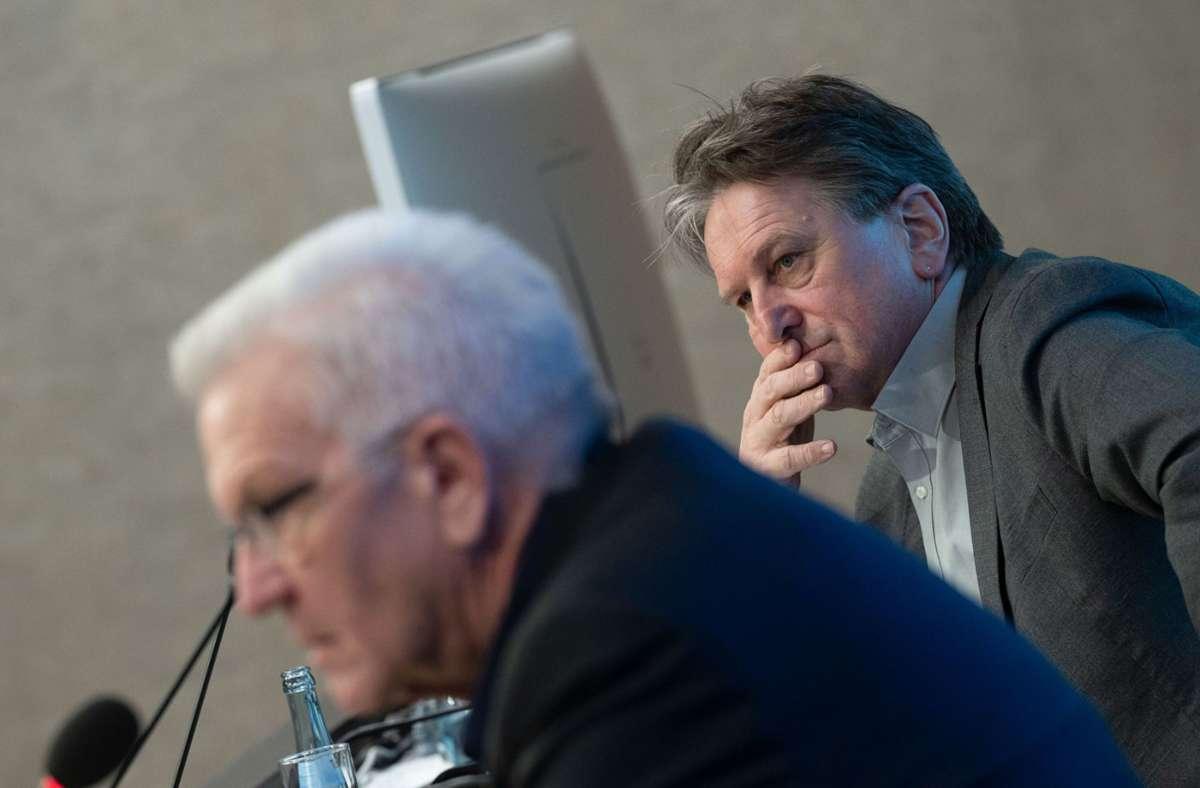 Winfried Kretschmann (vorne)  und Manfred Lucha  nehmen an der Regierungspressekonferenz teil (Archivbild). Foto: dpa/Marijan Murat
