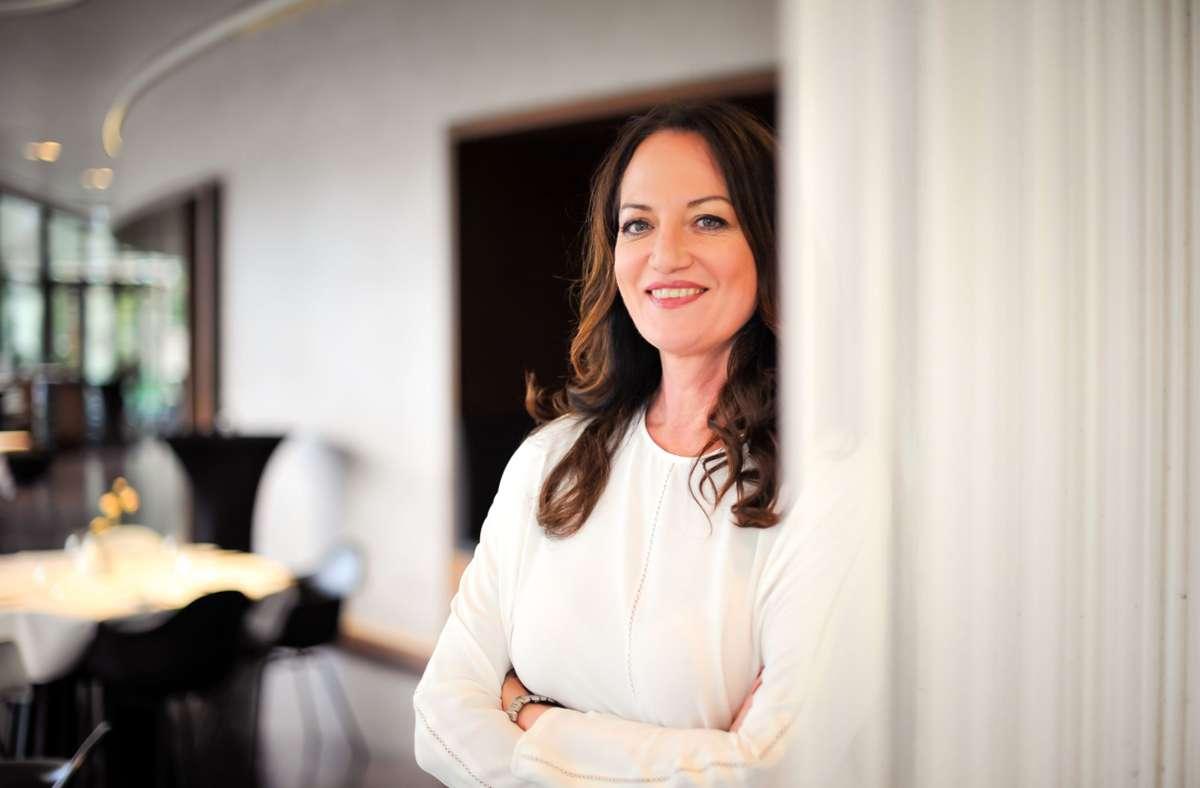 Schauspielerin Natalie Wörner (hier im Restaurant Plenum in Stuttgart) hat mehrfach auf die Auswirkungen der Coronakrise auf die Kulturbranche hingewiesen. Jetzt gibt es eine Hilfe für Solo-Selbstständige. Sie soll ein Zeichen der Wertschätzung für die  in der Kultur- und Kreativwirtschaft Tätigen sein. Foto: Lichtgut/Max Kovalenko