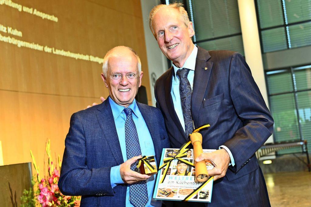 Der amtierende OB (li:) gratuliert dem Ex-OB und überreicht ihm ein Buch mit Rezepten aus aller Herren Länder Foto: Piechowski