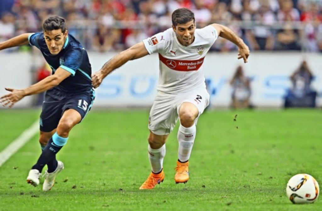 VfB-Neuzugang Emiliano Insua (r.) im Zweikampf mit Jesus Navas.Foto:Baumann Foto: