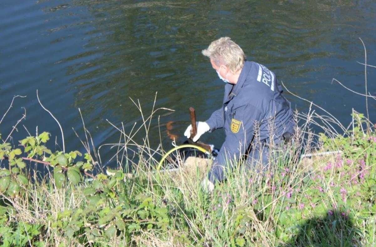Polizisten haben in der Enz Äxte gefunden, mit denen womöglich mehrere Schafe getötet wurden. Foto: Polizeipräsidium Ludwigsburg