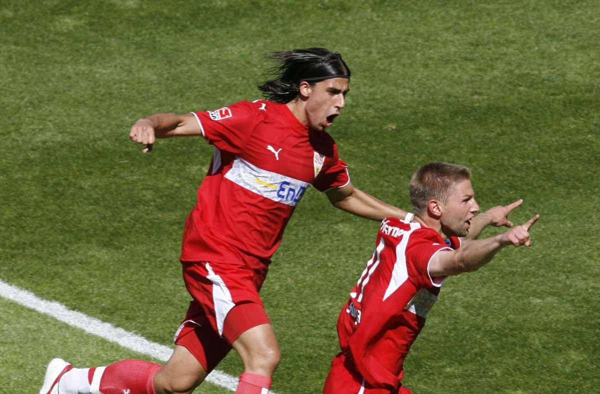 Thomas Hitzlsperger (re.) und Sami Khedira bejubeln den Gewinn der Meisterschaft mit dem VfB Stuttgart. Foto: dpa/Uli Deck