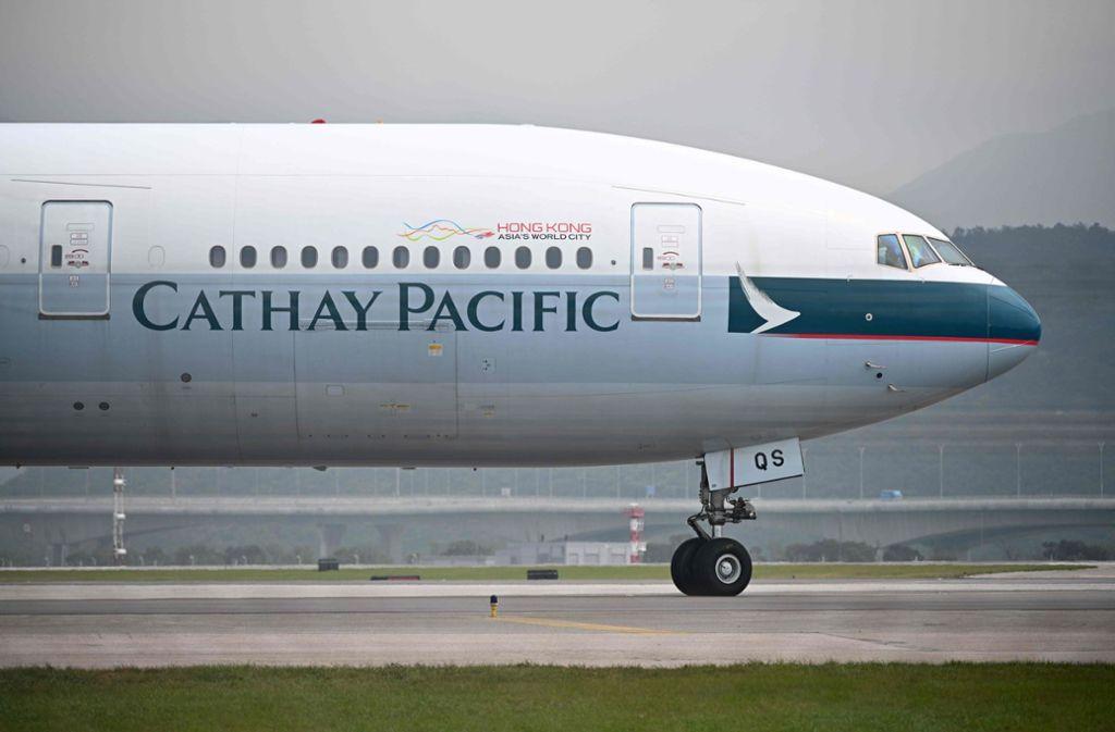 Cathay Pacific hat einer Flugbegleiterin unter fragwürdigen Bedingungen gekündigt. Foto: AFP