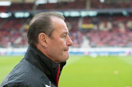 Noch sieben Endspiele hat der VfB Stuttgart vor der Brust. Trainer Huub Stevens will sich nicht verrückt machen lassen. Foto: dpa