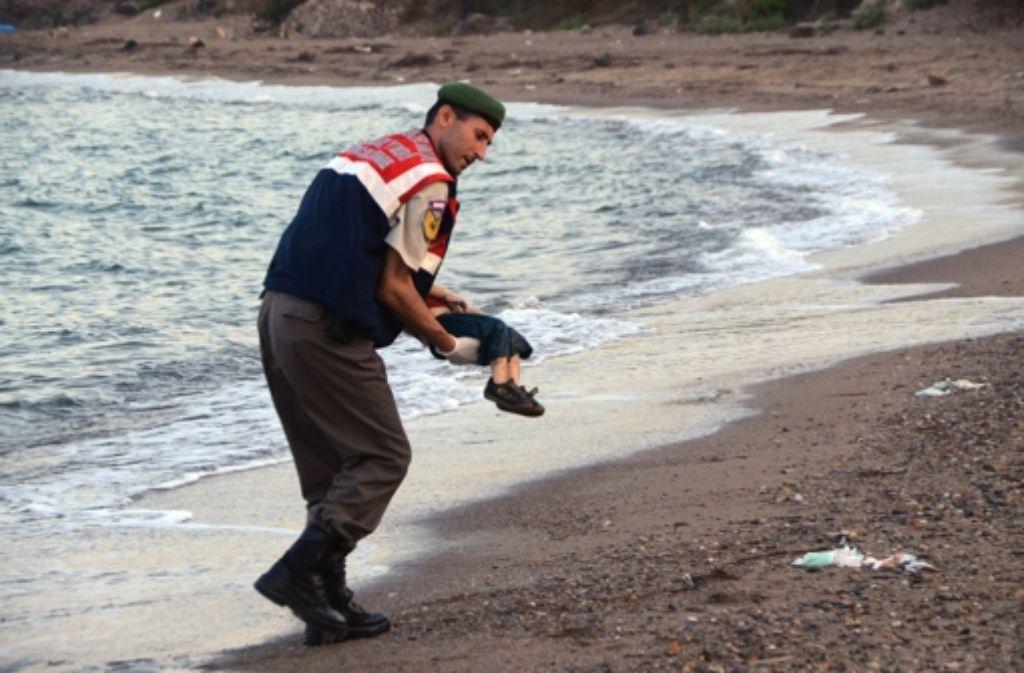 Symbol der Flüchtlingskatastrophe: Ein Polizist trägt in Bodrum den toten Aylan aus der Brandung. Foto: AP