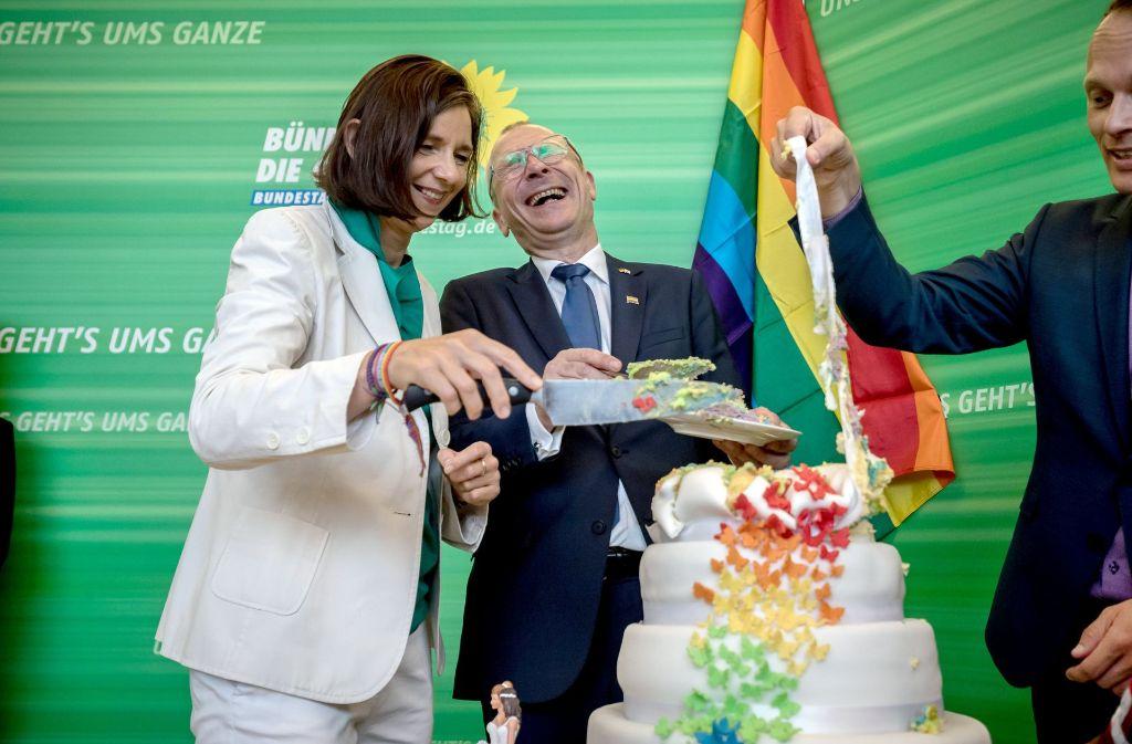 Die Grünen sind glücklich – ihr Projekt hat es geschafft. Zur Feier des Tages schneiden Katrin Göring-Eckardt, Fraktionsvorsitzende der Grünen, und Volker Beck eine Torte an. Foto: dpa