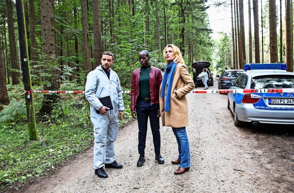 Leon Ciaballa (Jonas Minthe), Anaïs Schmitz (Florence Kasumba) und Charlotte Lindholm (Maria Furtwängler) entdecken einen verdächtigen Fahrradfahrer. Foto: NDR