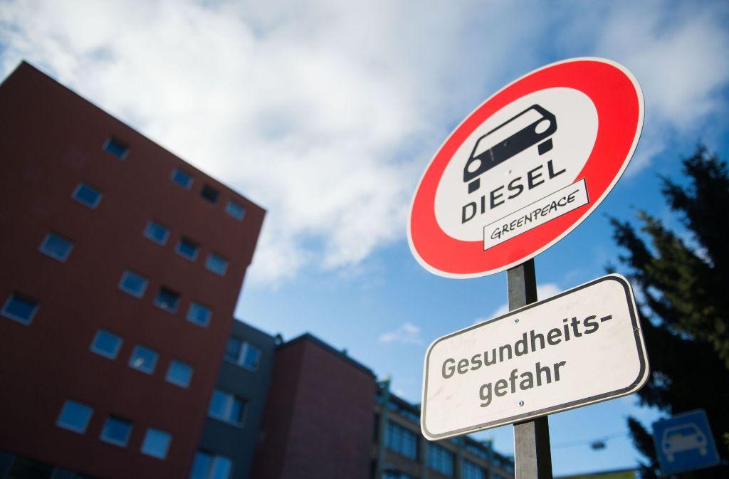 Wollen Bund und Länder Fahrverbote verhhindern, müssen schnell Lösungen für die Reduktion der Diesel-Emissionen gefundenw werden. Foto: dpa