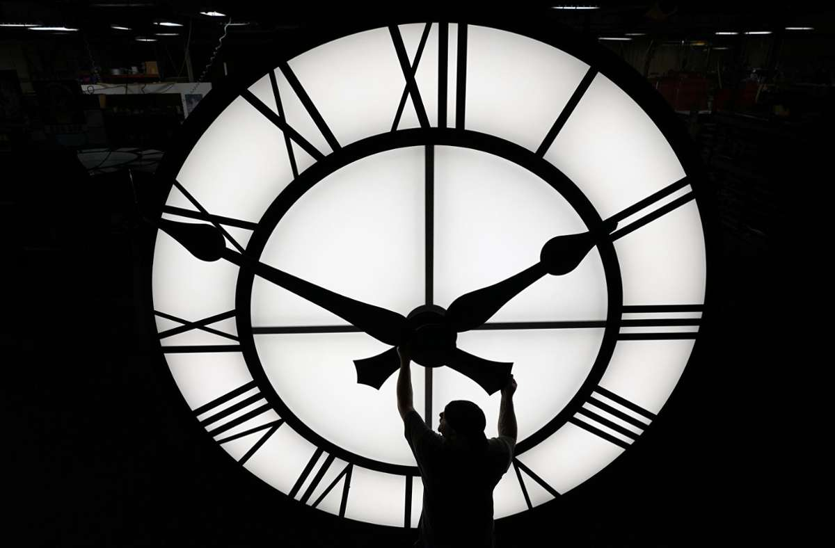 Die Uhr wird nach wie vor zweimal im Jahr umgestellt. Foto: dpa/Elise Amendola