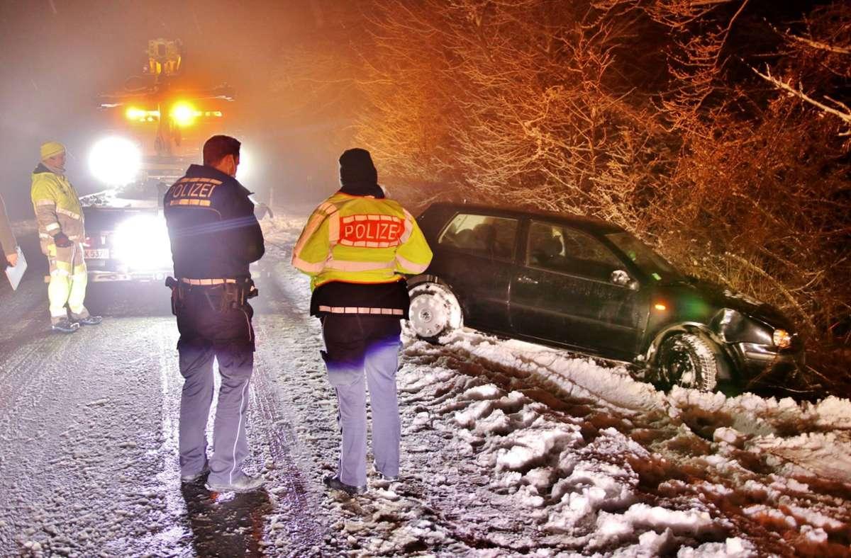 In Allmersbach landete ein VW im Graben. Er musste abgeschleppt werden. Foto: 7aktuell.de/Kevin Lermer