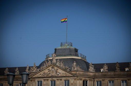 Die Regenbogenfahne auf dem Stuttgarter Neuen Schloss hat die Gemüter bereits beim CSD im Juli 2013 erhitzt. Jetzt wird um den Bildungsplan gestritten. Foto: Achim Zweygarth