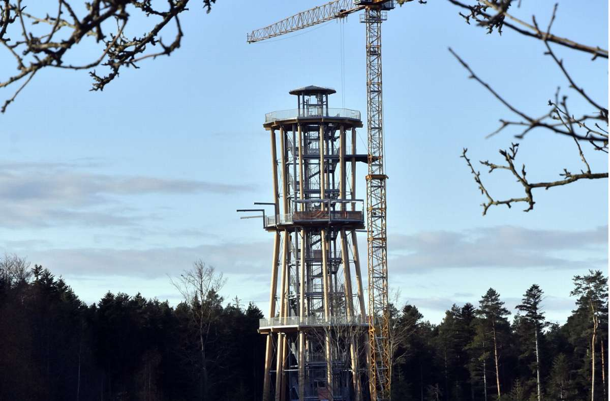 Der Himmelsglück-Turm während des Baus. Kurz vor Ostern soll er eröffnet werden. Foto: Stefan Jehle