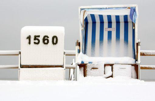 Strandkörbe im Schnee und Oster-Schneehasen im Norden