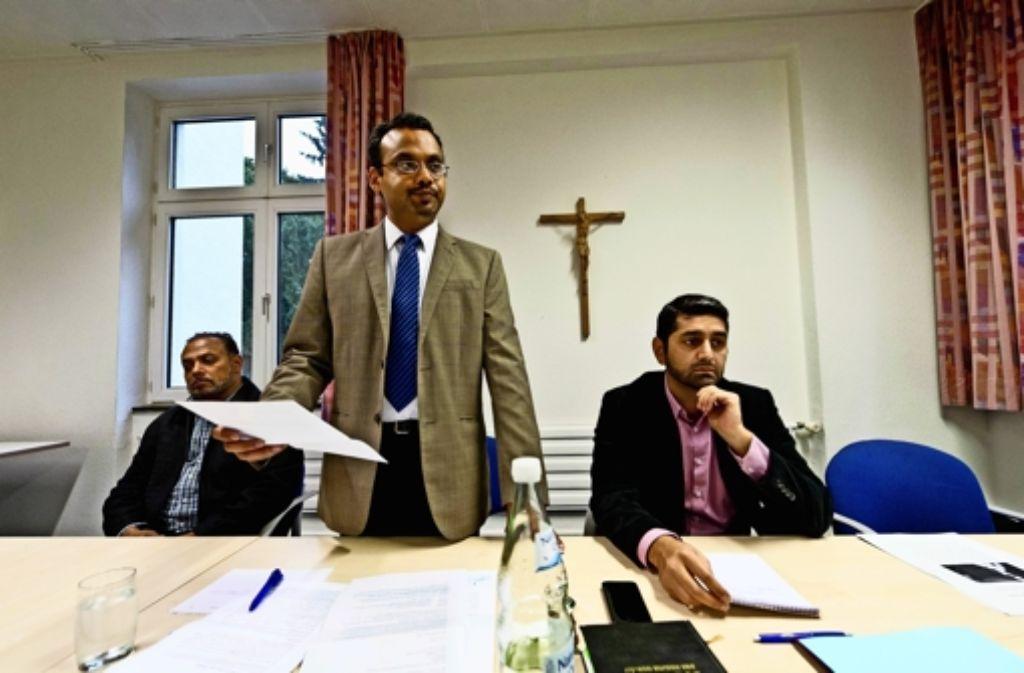 Naseer Ahmad, Manau Haq und Kamal Ahmad (von links) wollen verdeutlichen, dass der Islam eine friedliche Religion ist. Foto: Lichtgut/Volker Hoschek