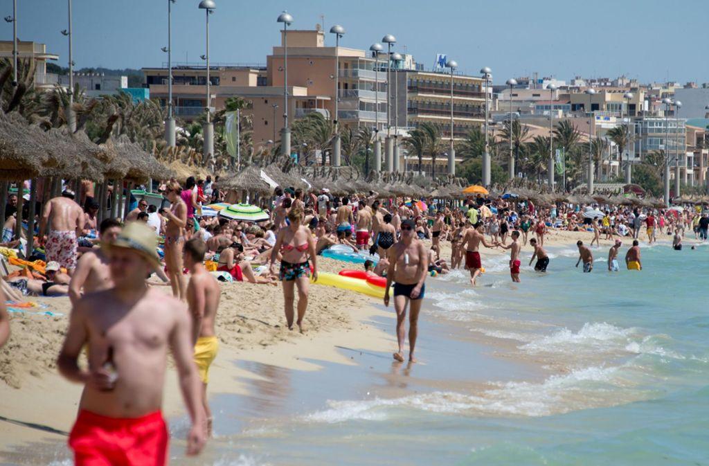 Urlauber tummeln sich am Strand von Arenal auf der Mittelmeerinsel Mallorca Foto: dpa