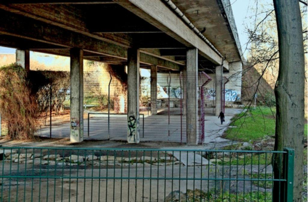 Die Gumpenbachbrücke in Kornwestheim ist marode und soll neu gebaut werden. Der darunter liegende Bolzplatz soll nach dem Willen der Stadt  bleiben. Foto: factum/Granville