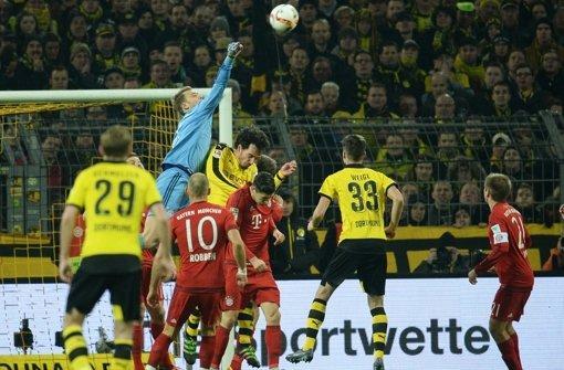 Bei der Partie zwischen Borussia Dortmund und dem FC Bayern München geht es hoch her. Foto: dpa