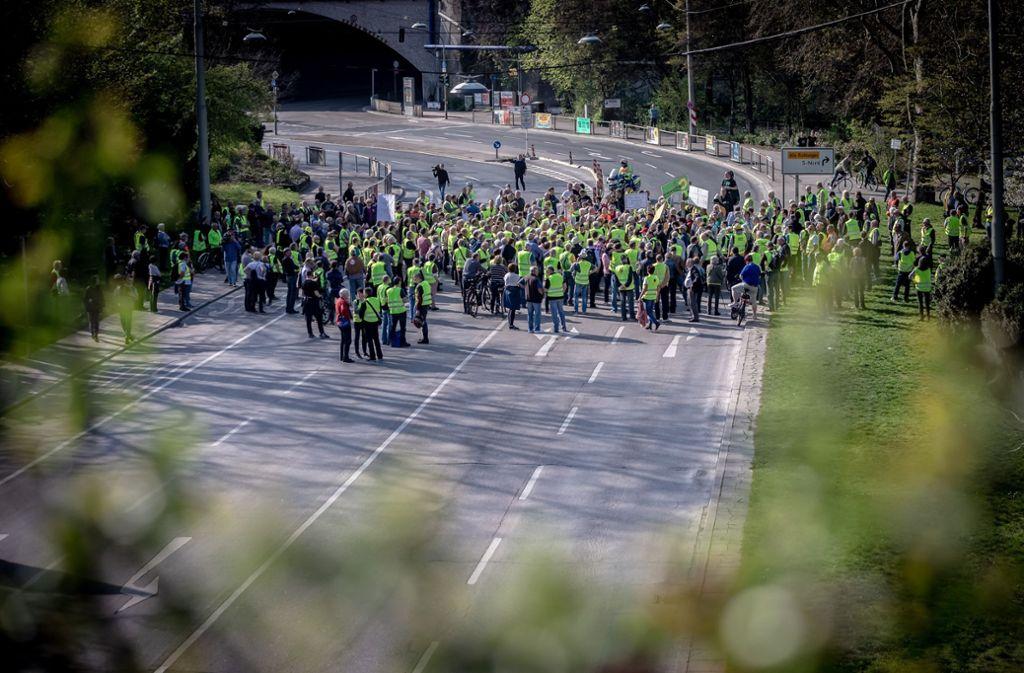 """Unter anderem mit """"Lügenpresse""""-Rufen haben Demonstranten in Stuttgart gegen Fahrverbote protestiert. Foto: Lichtgut/Julian Rettig"""
