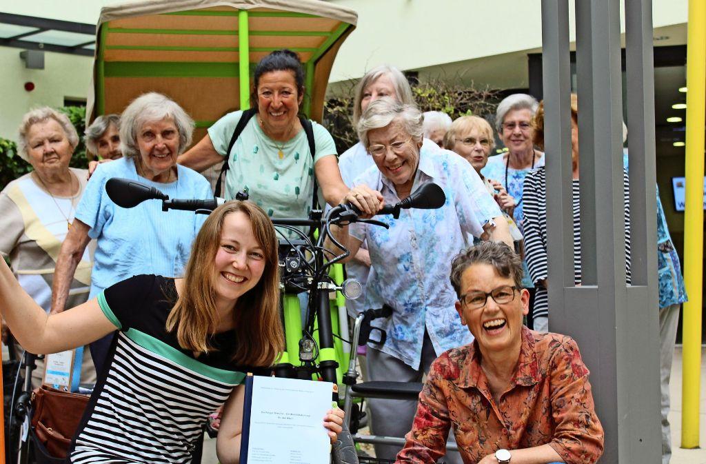 Mittlerweile ein eingespieltes Team:  Bianca Llerandi und einige Mitglieder des Cafés Kugelrund im PMGZ. Foto: Jacqueline Fritsch
