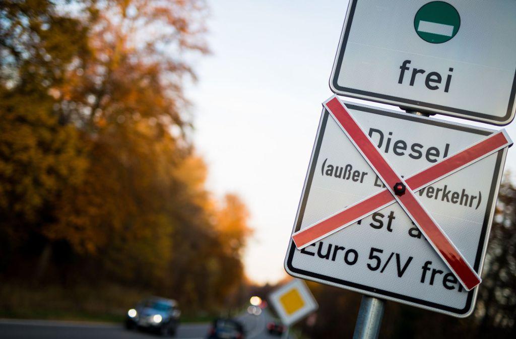Erste Fahrverbotsschilder stehen  – wie hier zwischen Magstadt und Büsnau. Foto: dpa