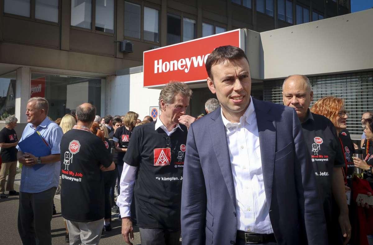 Der SPD-Bundestagsabgeordnete Nils Schmid besuchte 2018 die damaligen Proteste gegen den Stellenabbau. Foto: /Simon Granville/factum