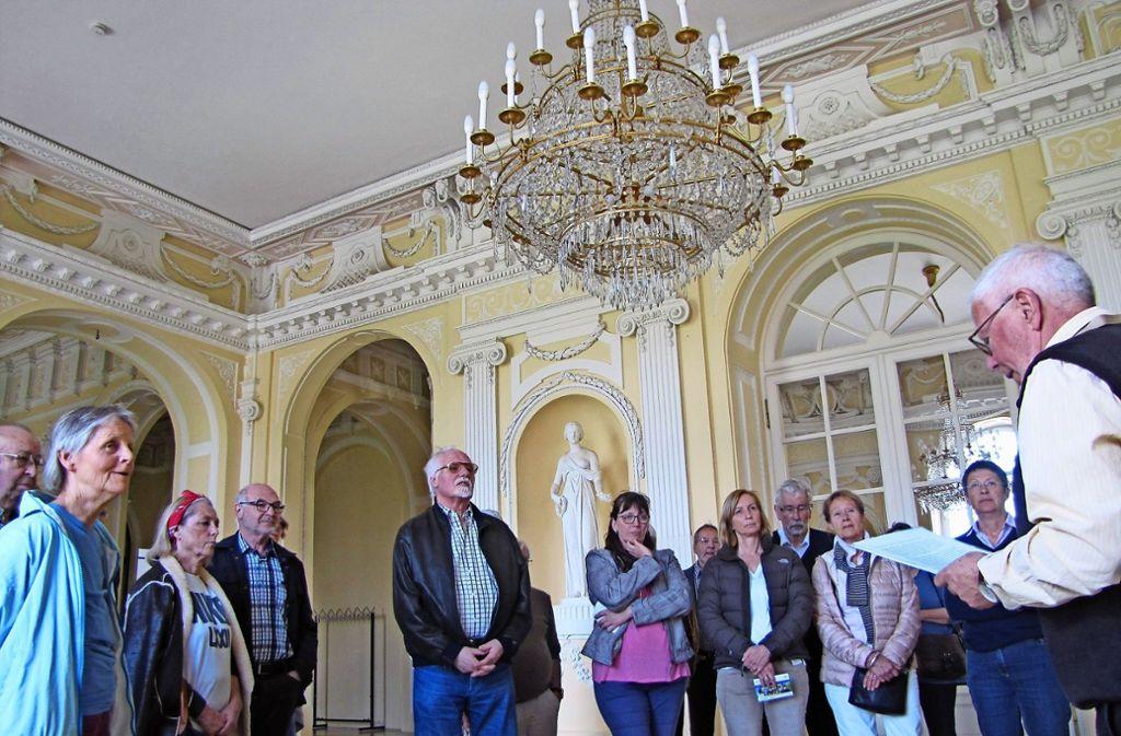Ulrich Fellmeth (r.) führt die Gruppe durch das obere Foyer. Hinter den Spiegeltüren verbirgt sich der festliche Balkonsaal. Foto: Eglof