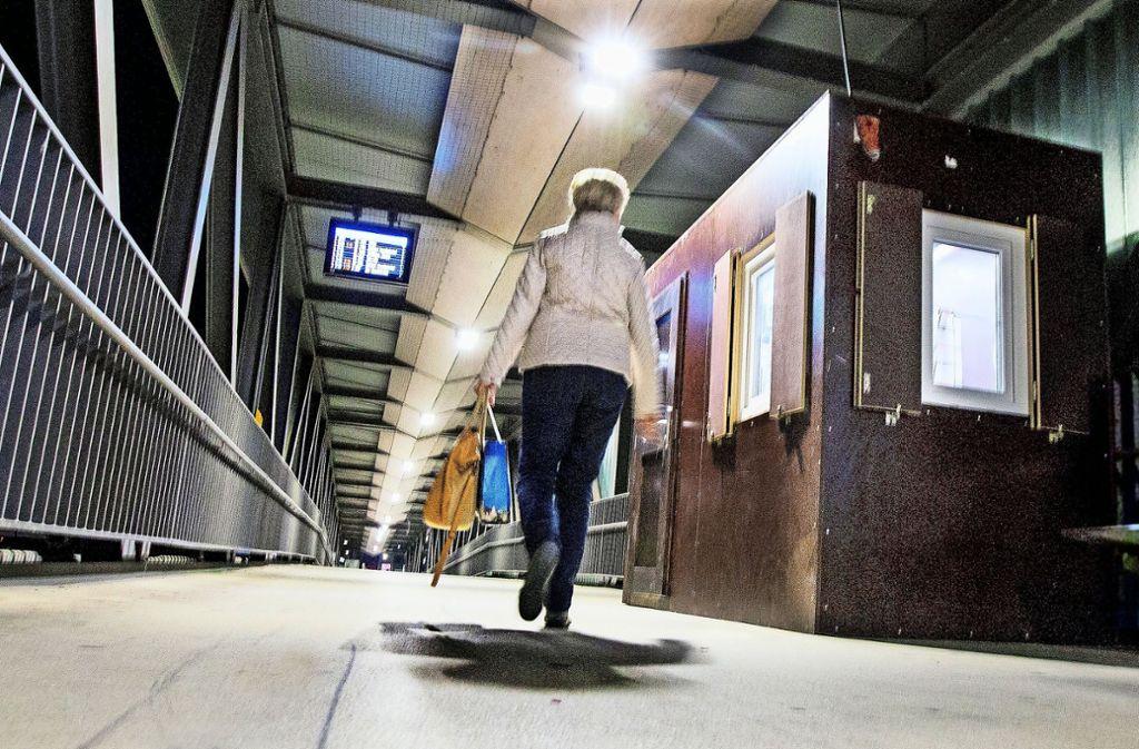 Nicht schön, aber beruhigend: Seit die Stadt auf dem Bahnhofssteg ein Wachhäuschen bauen ließ, das abends mit  Wachleuten besetzt ist, fühlen sich die Bürger  sicherer. Foto: