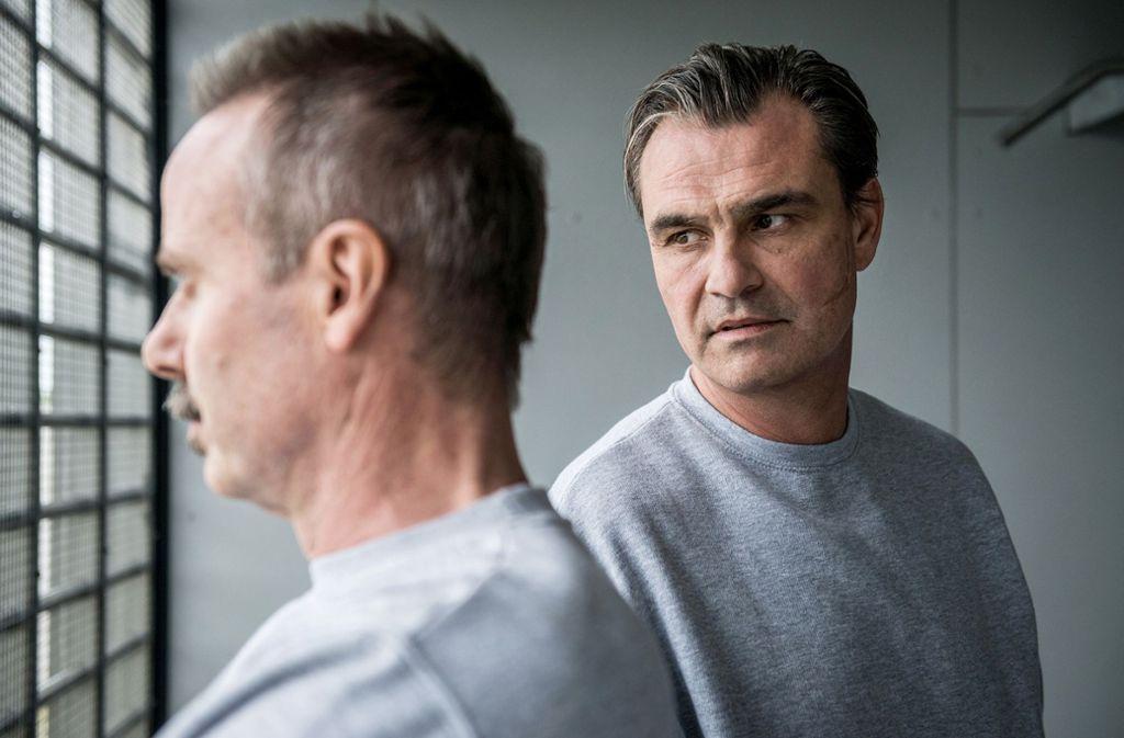 Geraten im Knast  aneinander: Ex-Polizist  Heinz Oberholzer (li.) und Pius Küng, der Drahtzieher eines Doping-Rings.  Foto: ARD Degeto/SRF/Daniel Winkler