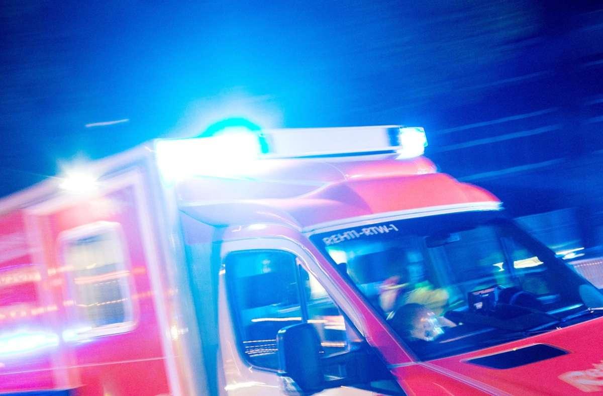 Der Verletzte wurde in ein Krankenhaus gebracht. (Symbolbild) Foto: dpa/Marcel Kusch