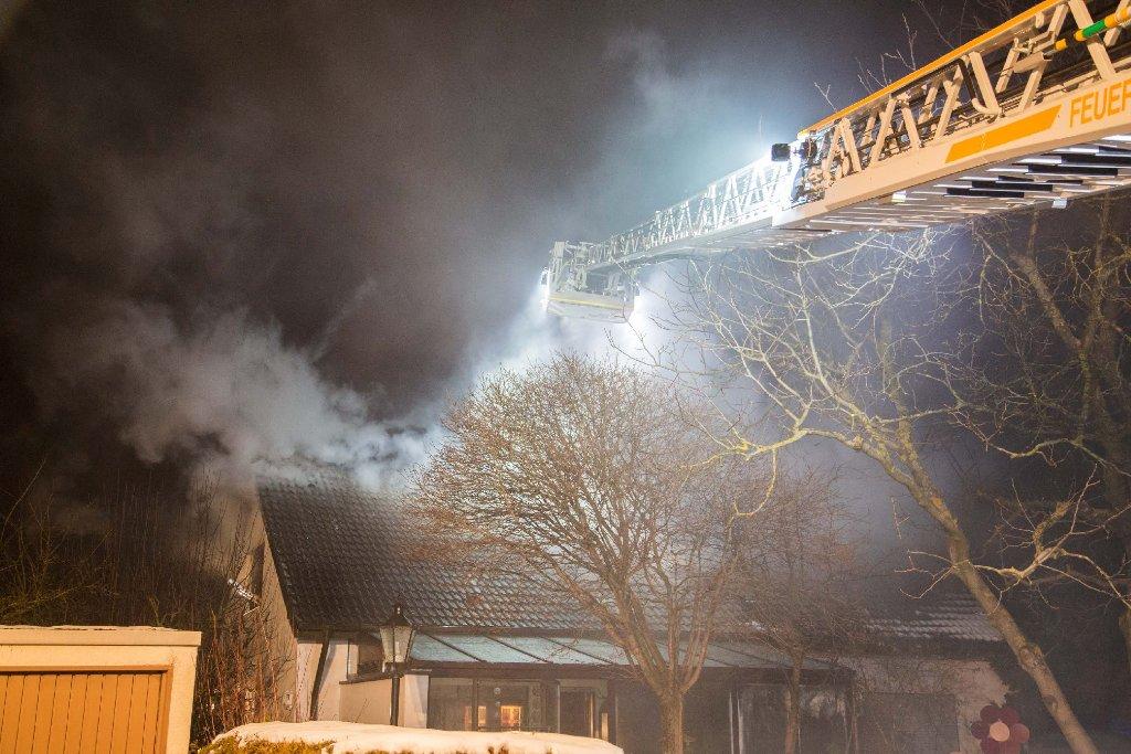 In Erligheim (Kreis Ludwigsburg) hat ein Brand in einem Einfamilienhaus einen Schaden von 150.000 Euro verursacht. Verletzt wurde niemand. Foto: www.7aktuell.de   Simon Adomat