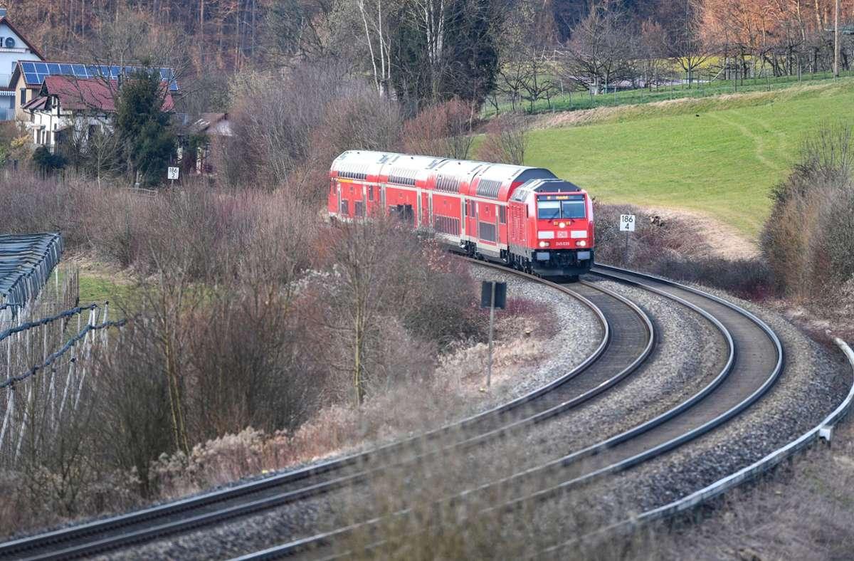 Eine Diesellok fährt mit mehrere Waggons Richtung Friedrichshafen. Die Südbahn wird zunehmend elektrifiziert. (Archivbild) Foto: dpa/Felix Kästle