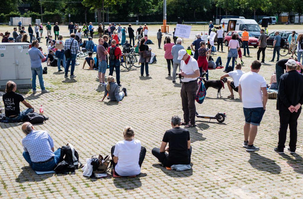 Am Samstag fanden auf dem Cannstatter Wasen wieder Corona-Demos statt. Foto: Lichtgut/Christoph Schmidt