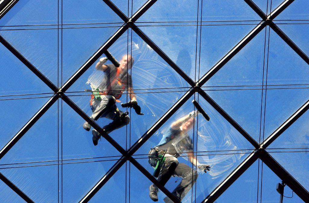 Auch als Fensterputzer hat Herr D. schon gearbeitet. Foto: dpa-Zentralbild