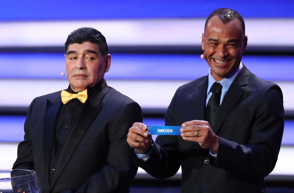 Die Lospaten Cafu (rechts) und Diego Maradona bei der Ziehung von Schweden. Foto: dpa