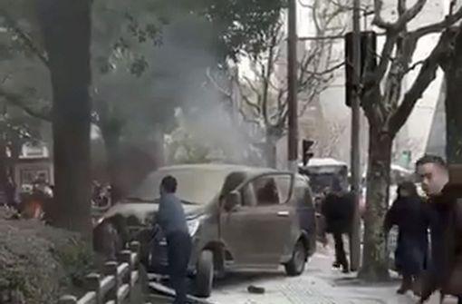 Minivan rast in Menschenmenge – Mehrere Verletzte