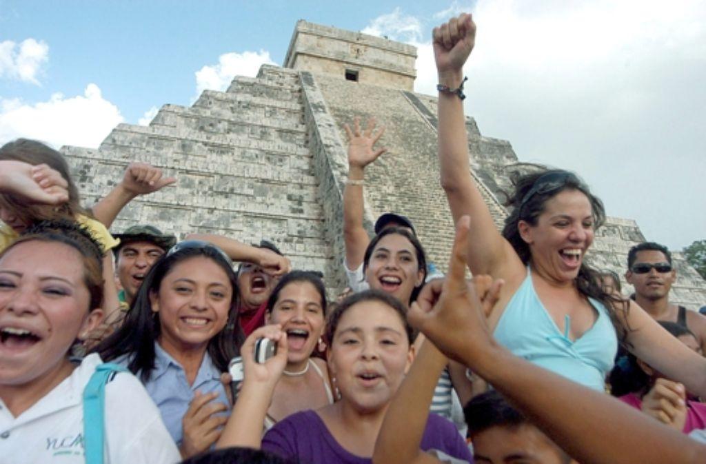 """Die Ruinenstätte Chichén Itzá auf der Halbinsel Yucatán mit der bekannten Pyramide ist 2007 zu einem der """"neuen sieben Weltwunder"""" gewählt worden. In diesem Jahr kommen besonders viele Touristen, weil der angeblich vorhergesagte Weltuntergang am 21. Dezember bevorsteht. Doch die Maya-Kultur bietet viele weitere Gründe für einen Besuch, wie diese Bildergalerie zeigt. Foto: dpa"""