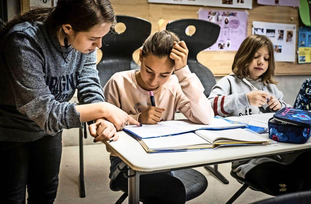 Bei der Hausaufgabenbetreuung helfen ältere Schülerinnen und Schüler  den jüngeren – auch in Mathe. Foto: Lichtgut/Achim Zweygarth