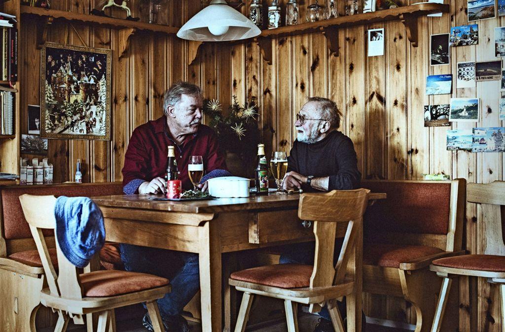 Männer bei einem Bier am Küchentisch: Der Schriftsteller Imre Török (links) und Anton König, der schreibende Landwirt.  wohnen  in Ewigkeit. Foto: Andreas Reiner