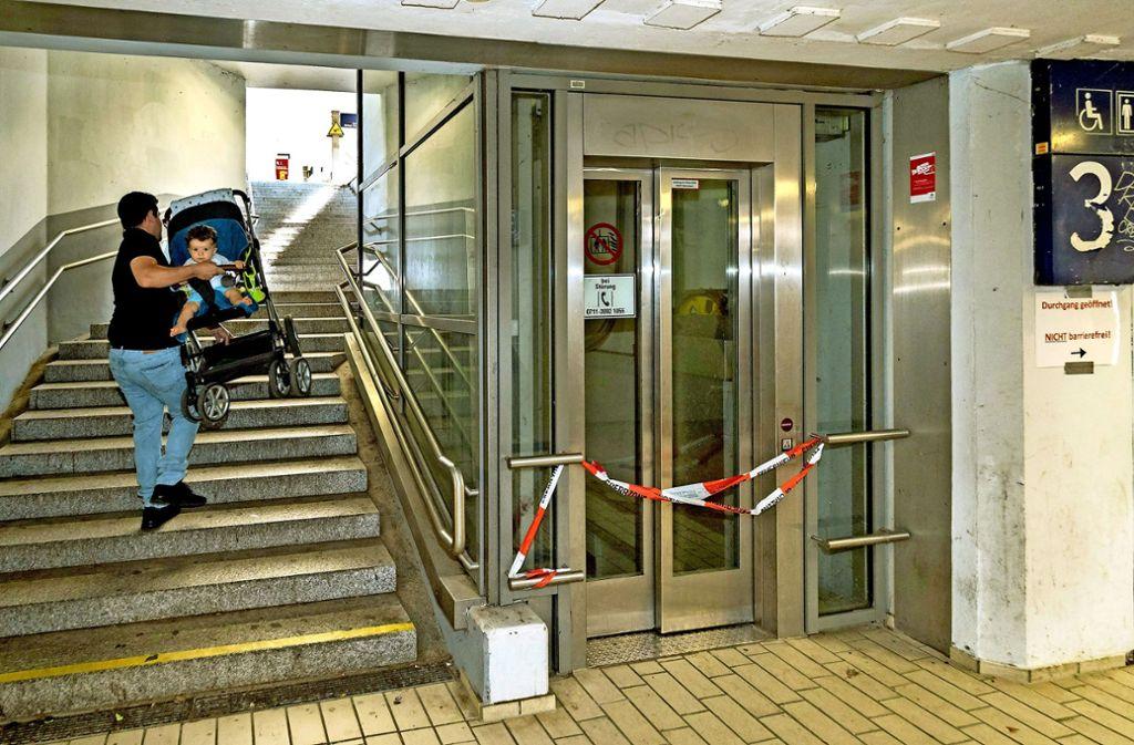 David Castiglione am Freiberger Bahnhof: Seit er auf den Lift angewiesen ist, weiß er erst, wie wichtig er ist. Foto: factum/Weise