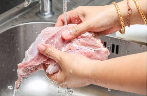 Ganz selbstverständlich waschen viele Menschen vor allem Geflügel vor der Zubereitung. Das bringt das Waschen von Fleisch wirklich.