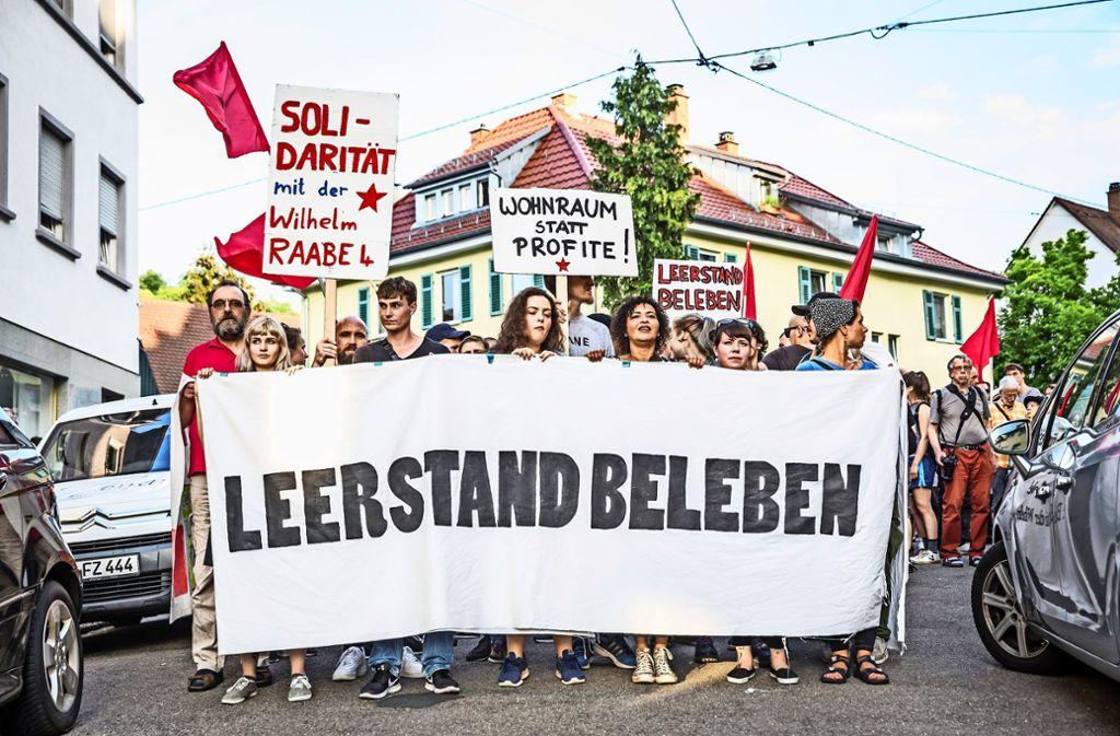 Auch wenn die Wohnungen der Hausbesetzer mittlerweile geräumt sind, gehen die Proteste weiter. Foto: Lichtgut/Julian Rettig
