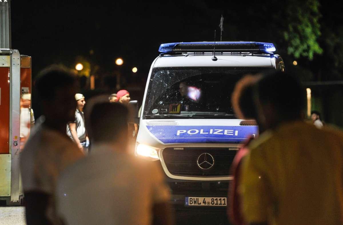 Eine Streife der Polizei kontrolliert am Abend am Eckensee in Stuttgart. Foto: Lichtgut/Max Kovalenko