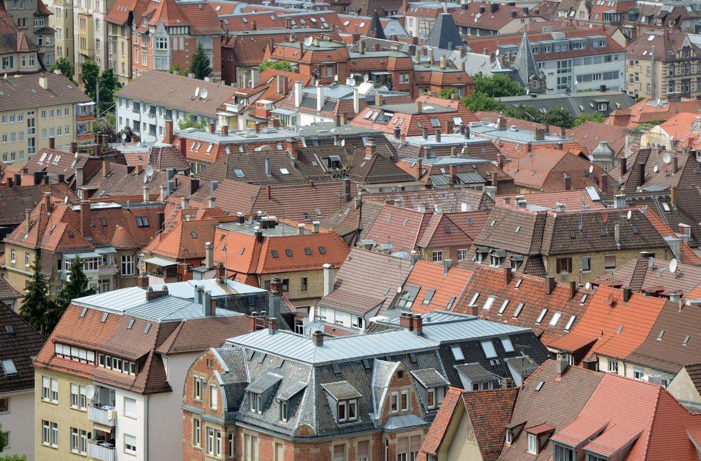 Ein Teil der Dachlandschaft in Stuttgart: Von einer flächenhaften Ausbreitung von Fotovoltaik-Zellen ist hier nichts zu entdecken. Foto: dpa