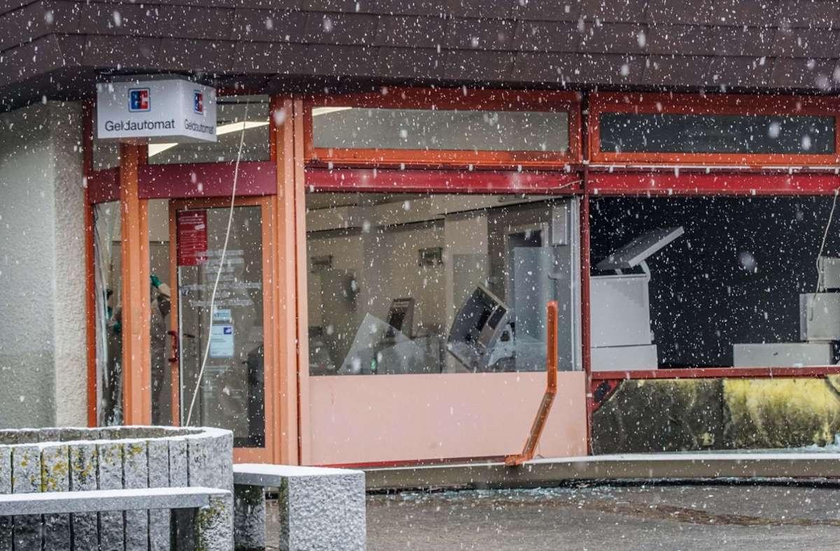 Zum entstandenen Schaden kann die Polizei noch keine genauen Angaben machen. Der Geldautomat ist allerdings vollständig zerstört. Foto: SDMG/Dettenmeyer